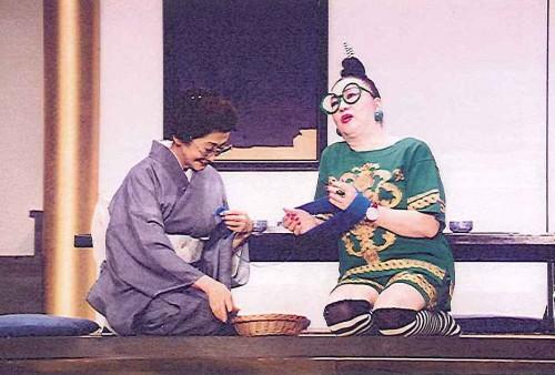 初演の舞台から。淡路恵子と塩沢とき。